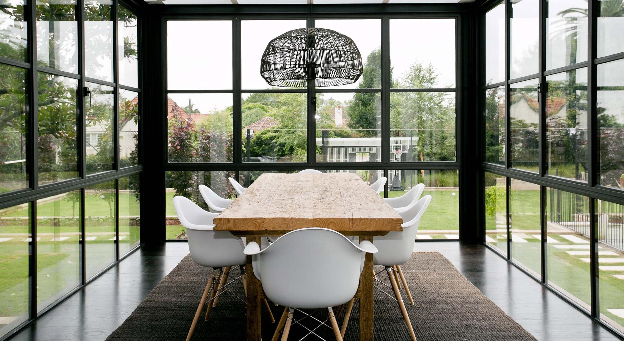 Tavolo in legno in veranda con sedie design